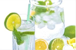 L'acqua con il limone, krastavitsa nonché mento - sana alternativa al limonada